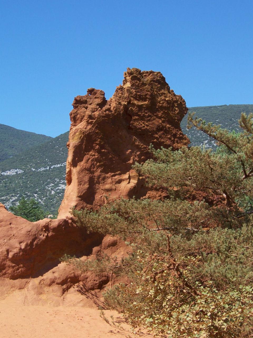 Découvrez les paysages orangés de Roussillon
